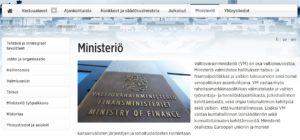 Esimerkki alt-tekstistä Valtiovarainministeriön www-sivulla. Sivulla on valokuva ministeriön seinässä olevasta kyltistä, jossa lukee suomeksi, ruotsiksi ja englanniksi Valtiovarainministeriö.