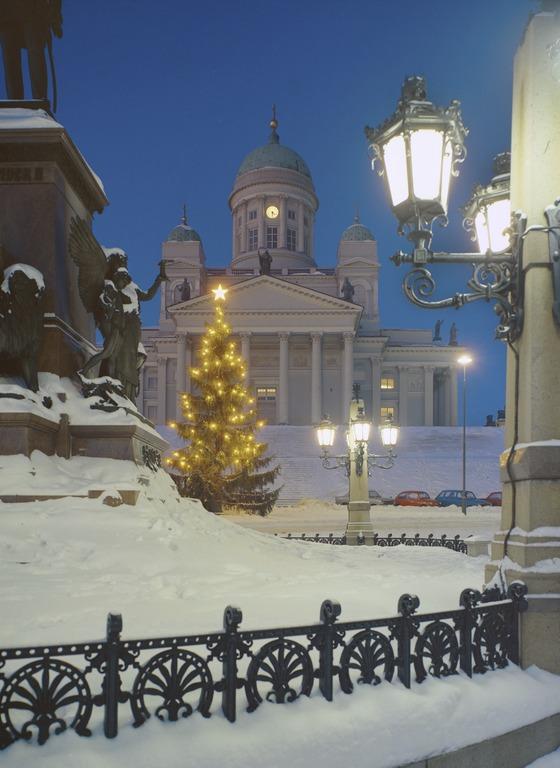 Joulukuusi Helsingin Senaatintorilla lumisena jouluna.